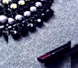 """Помада для губ из серии """"Сияние цвета"""" (оттенок Plum shock) от Avon"""