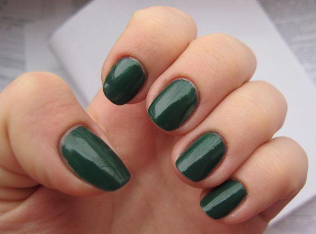 Зеленый лак для ногтей