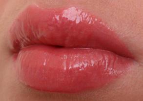 Флюидная приятная текстура, которая ложится на губы мягкой нежирной пленкой