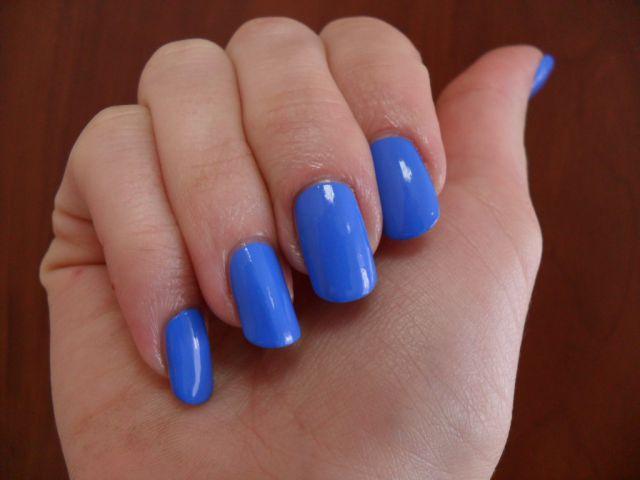 Васильковый лак для ногтей