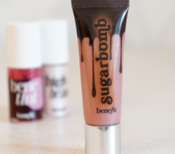 Блеск для губ Ultra Plush (оттенок Sugarbomb) от Benefit